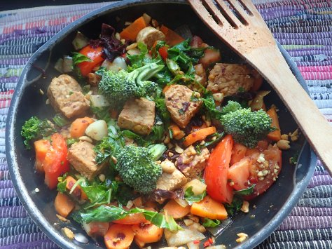 Tempeh seaweed and peanut stirfry