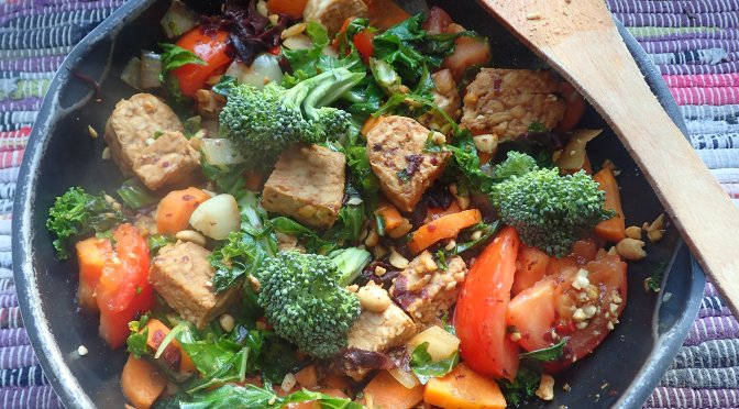 Lazy Vegan Recipe: Tempeh, Seaweed and Peanut Superfood Stirfry